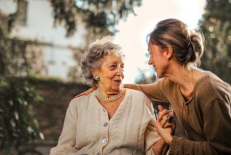 Mujer cuidando de anciana