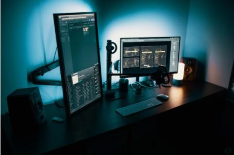 Set up de ordenador con pantalla extra y altavoz