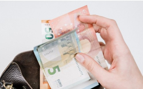 Mano sujetando billetes de Euro